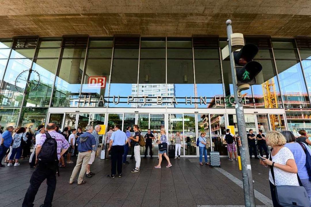 Die Polizei hat die Schalterhalle des Freiburger Hauptbahnhofs gesperrt.  | Foto: Ingo Schneider