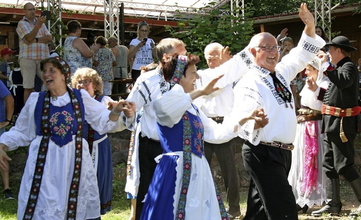 Tänze aus der alten Heimat der Siebenb...Müllheim beim Kronenfest in Hägelberg.  | Foto: Ralph  Lacher