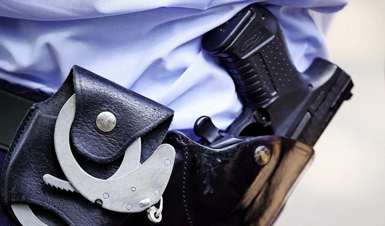 In Deutschland sind auch Polizisten im...ie deutsche Staatsbürgerschaft haben.   | Foto: Oliver Berg (dpa)