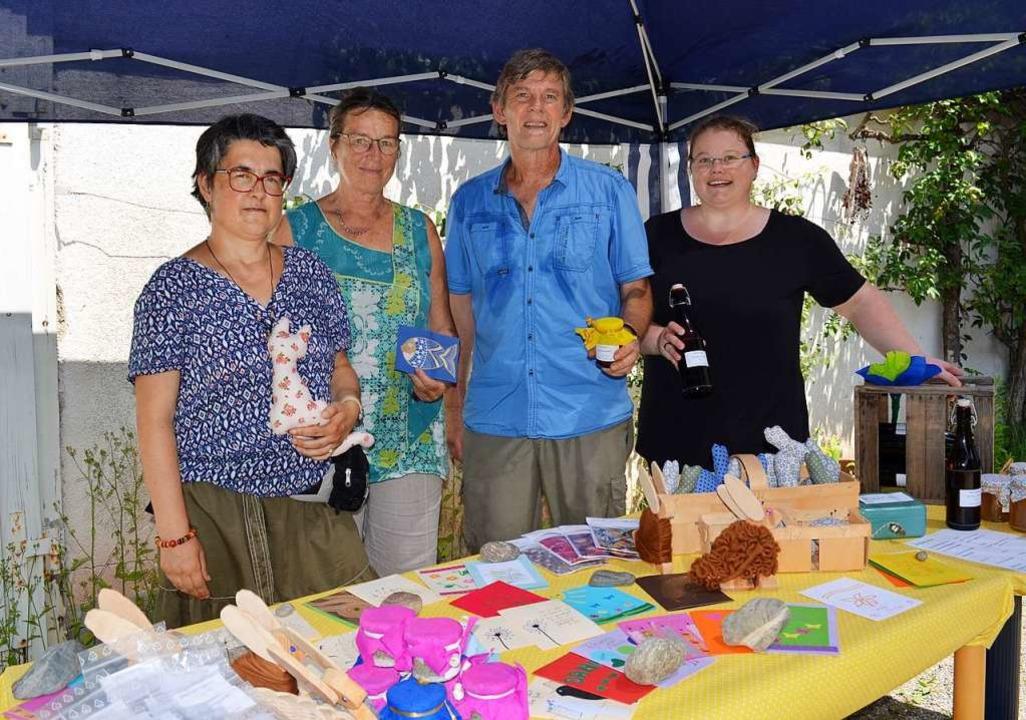 Besucher und die Mitarbeiter Sabrina W...verkauften selbst gefertigte Produkte.  | Foto: Britta Wieschenkämper