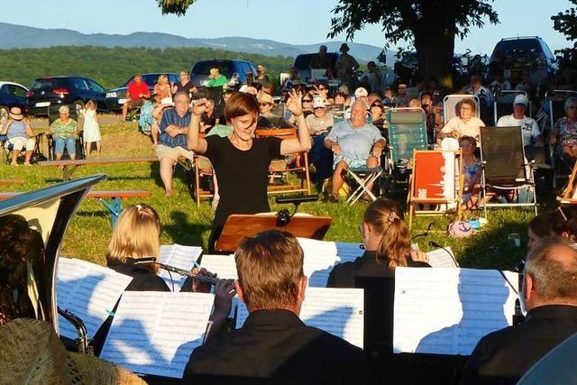 Dirigentin Yvonne Weik wird beim Picknickkonzert verabschiedet
