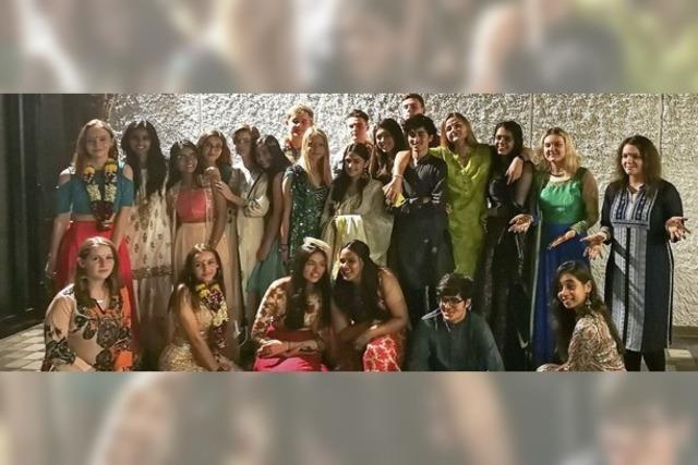 Schüler überreichen Spenden in indischer Slumschule