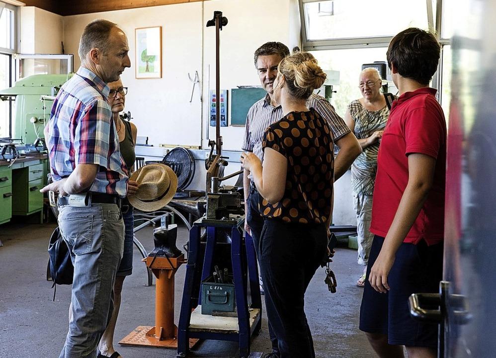 Die Besucher nutzten die Möglichkeit, ...den Werkstattmeistern zu unterhalten.   | Foto: Gabriele Zahn