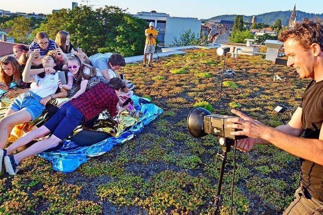 Warum junge Menschen in Freiburg mit Smartphones auf einem Flachdach posiert haben