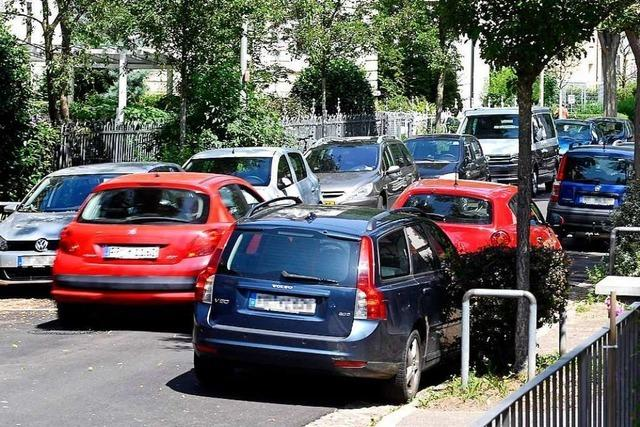 Anwohner in der Oberau diskutieren über eine autofreie Woche im Quartier
