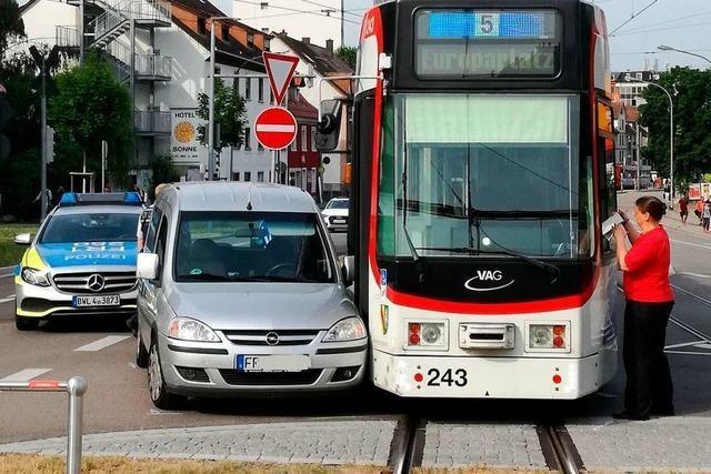 Auto kracht in Straßenbahn – und zwei Linien liegen eine halbe Stunde lahm