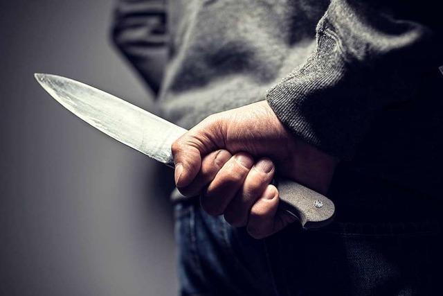 Mann wird in Lörrach mit Messer bedroht und überfallen