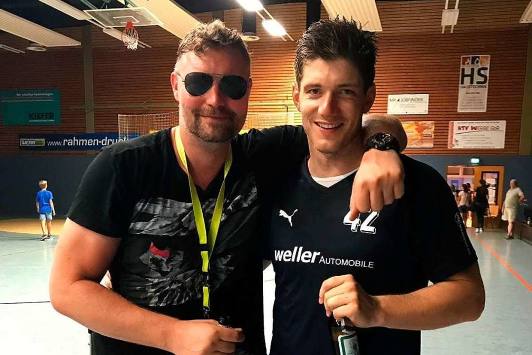 Julius Emrich (rechts) zusammen mit de...wenischen Nationalspieler Rok Praznik.  | Foto: Privat