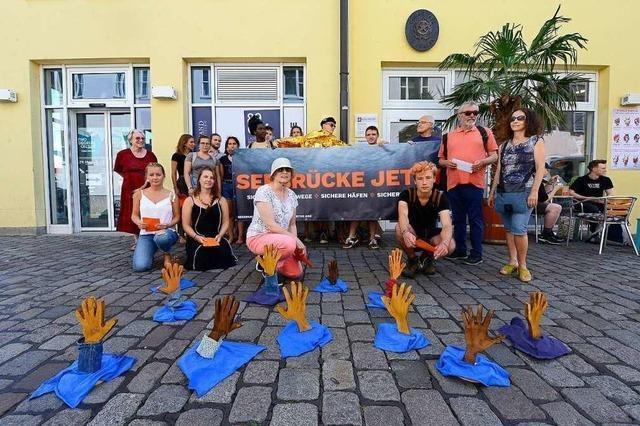 Seebrücke-Unterstützer überbringen Protestpost ans italienische Konsulat in Freiburg