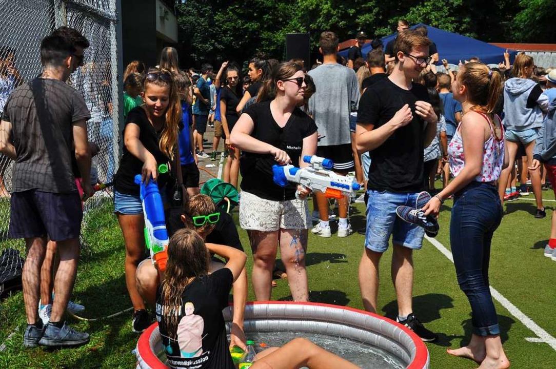 Abkühlung und Aufmunitionieren am Pool...mittlerweile auf dem Sportplatz statt.  | Foto: Nicolai Kapitz