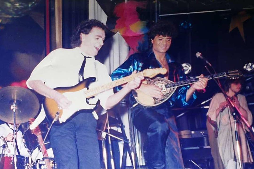 Der Offenburger Gitarrist Peter Oehler...s 1998 in der Band von Costa Cordalis.  | Foto: privat