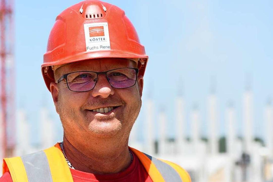 Rene Fuchs ist Polier und koordiniert ...f der Baustelle des neuen SC-Stadions.    Foto: Rita Eggstein