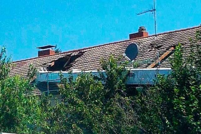 Ein Kran stürzt auf Dach in Heitersheim
