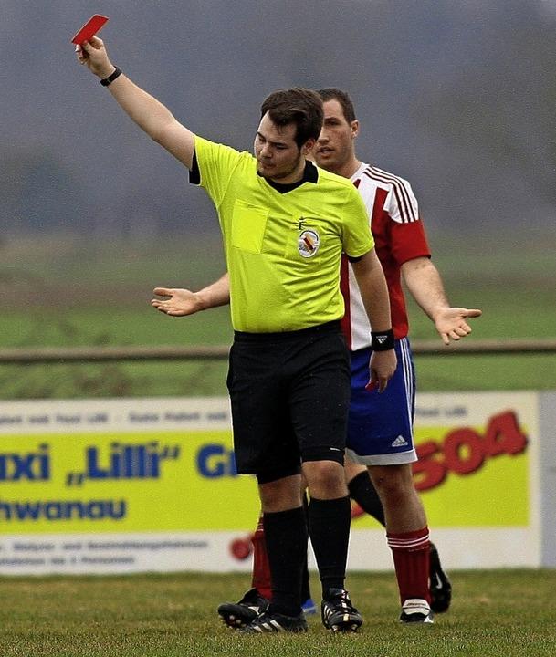 Schiedsrichter haben es oft schwer, mü...as Spiel und die Spieler zu schützen.     Foto: Peter Aukthun-Goermer