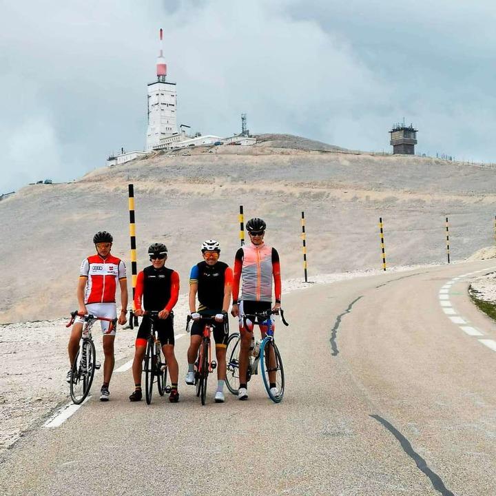 Gipfelstürmer:  Manuel Faißt (Zweiter ...eiter von rechts) auf dem Mont Ventoux  | Foto: Albert Wursthorn