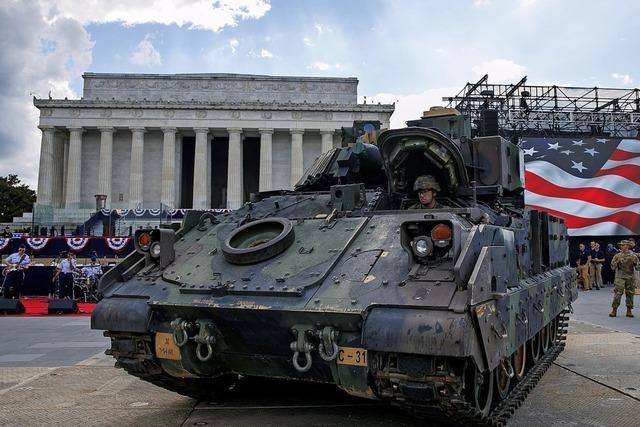 Trump preist sein Militärspektakel