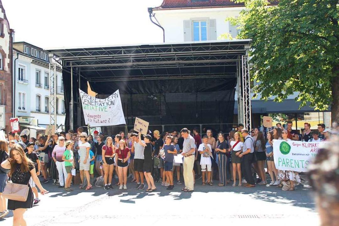 Beliebter Schattenspender: Die Bühne für das Stimmen-Festival.  | Foto: Joshua Kocher