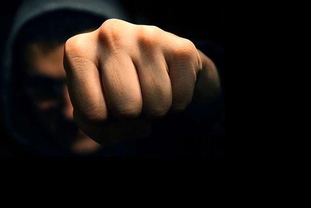 20-Jähriger wird von mehreren Personen geschlagen und getreten