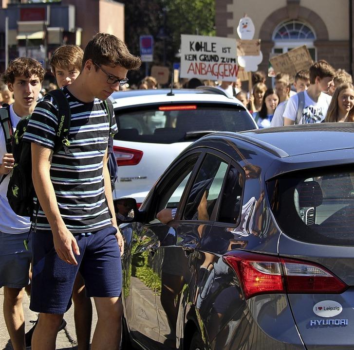Symbolisch: Autos müssen während der D...n in der Bahnhofstraße stehen bleiben.  | Foto: Joshua Kocher