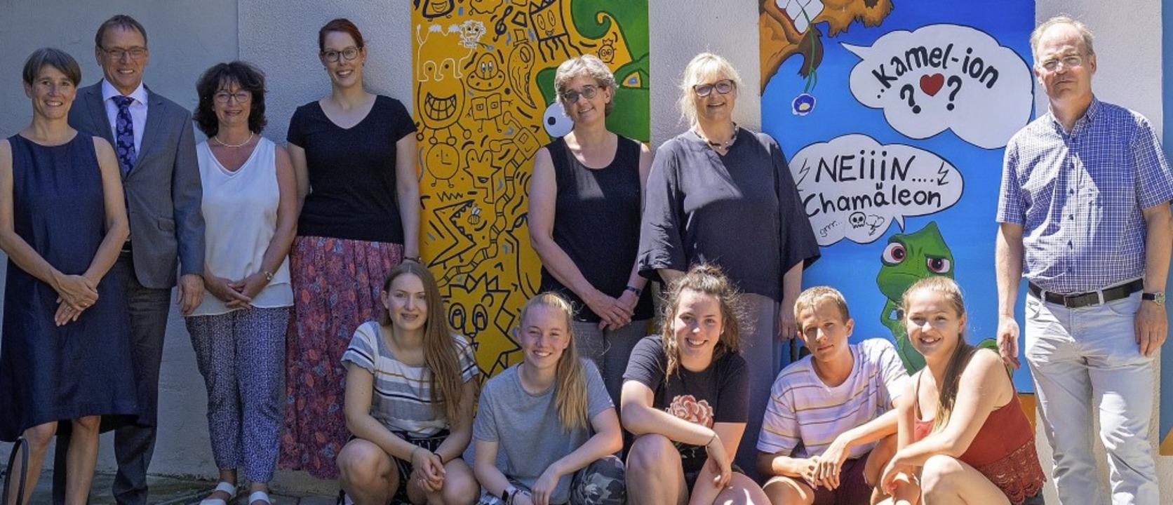Vor den Gemälden im Innenhof des Kamel...nen und Schülern des Hebel-Gymnasiums.  | Foto: Ansgar Taschinski