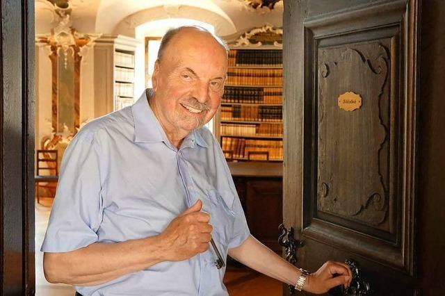 Hans-Otto Mühleisen führt seit 50 Jahren durch St. Peters Bibliothek