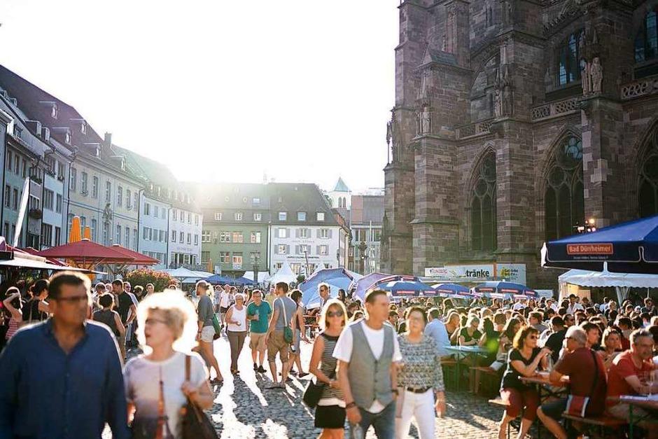 Bei herrlichem Wetter und bester Stimmung feierten die Freiburgerinnen und Freiburger beim Weinfest 2019 auf dem Münsterplatz. (Foto: Fabio Smitka)