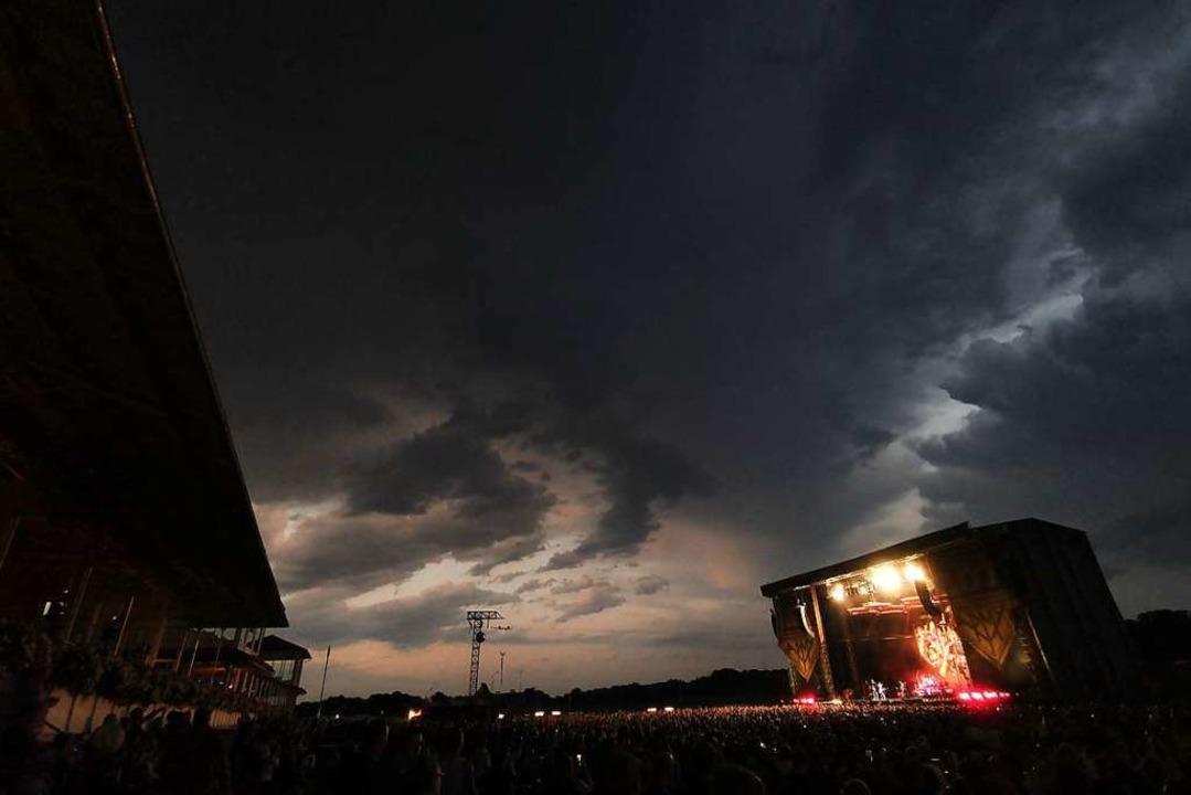 Dunkle Wolken ziehen am Himmel über der Konzertbühne in Iffezheim auf.    Foto: Patrik Müller