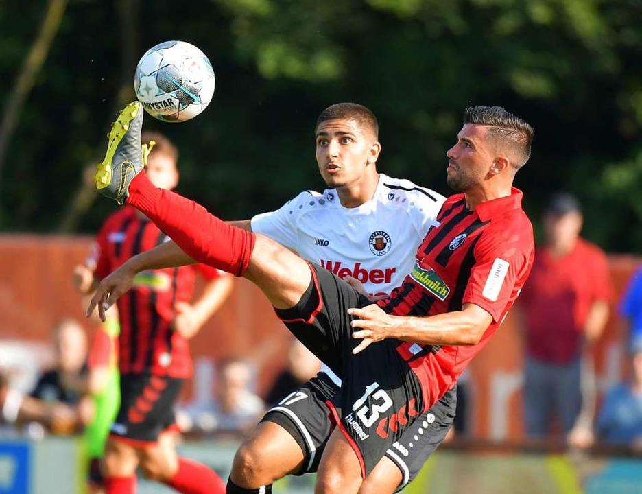 Torschütze Marco Terrazzino versucht, sich den Ball zu schnappen.  | Foto: Achim Keller