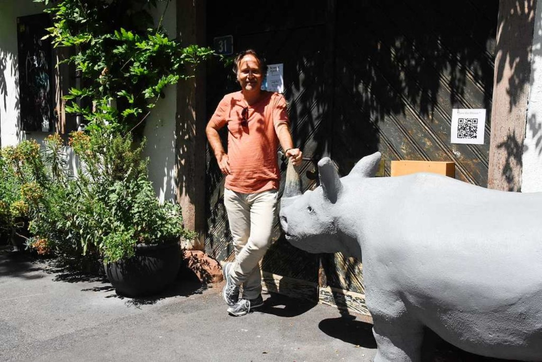 Daniel Zahno mit Nashorn Lucy, dem Nashorn vom Heuberg.    Foto: Kathrin Ganter