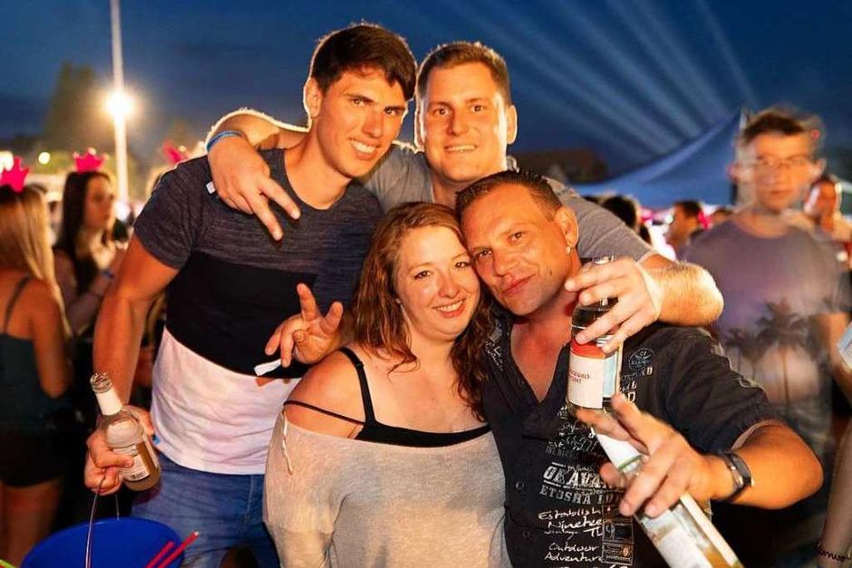 Ballermann-Flair trifft auf Schwarzwaldluft: In Freiamt feierten Tausende am Samstagabend bei der Beachparty. (Foto: Fabian Rudolph)