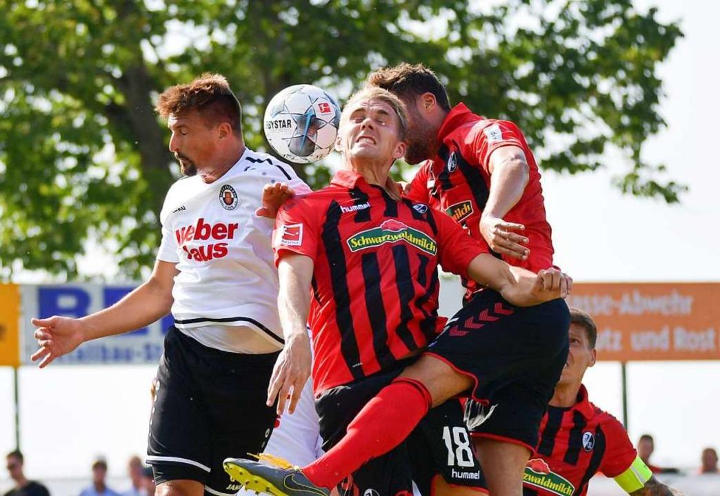 Adrian Vollmer vom SV Linx im Kopfballduell mit Nile Petersen vom SC Freiburg.     Foto: Achim Keller