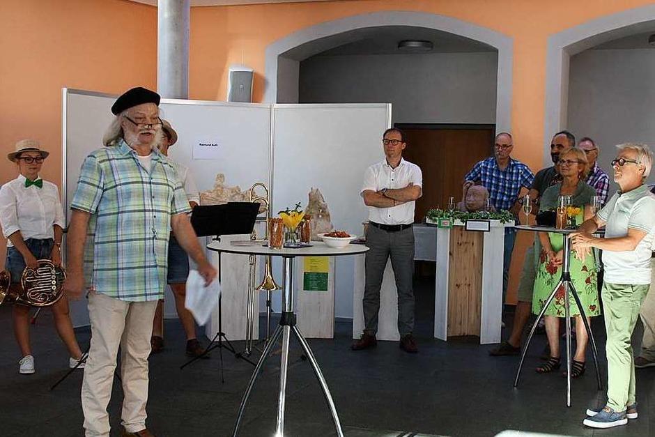 Riegeler Künstlertage: Karl-Heinz Thiel (2. von links) begrüßte im Namen der Künstlergruppe bei der Vernissage am Freitagabend. (Foto: Christiane Franz)