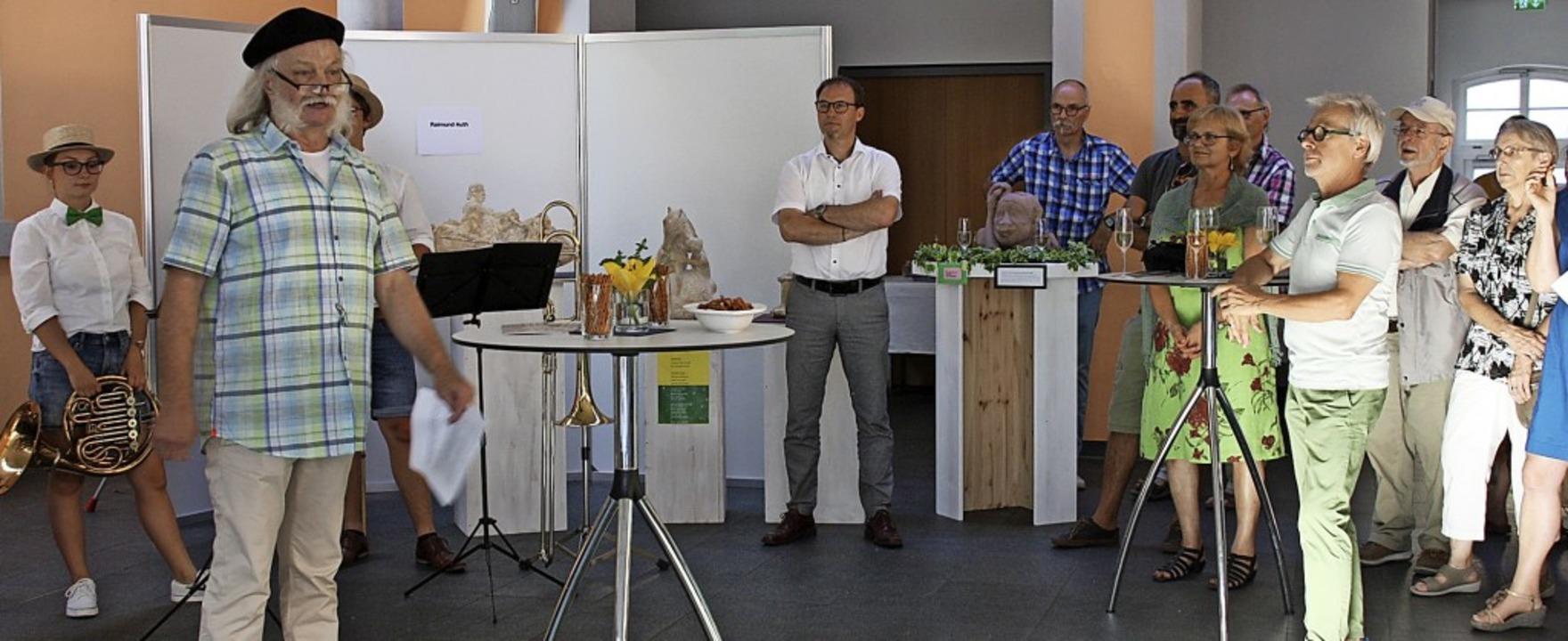 Karl-Heinz Thiel (2. von links) begrüß...der Künstlergruppe bei der Vernissage.  | Foto: Christiane Franz