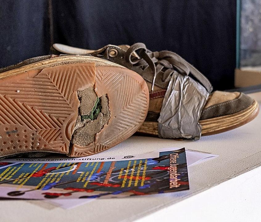 Ein Relikt aus 20 Jahren Jugendarbeit: durchgelaufene Schuhe  | Foto: Ansgar Taschinski