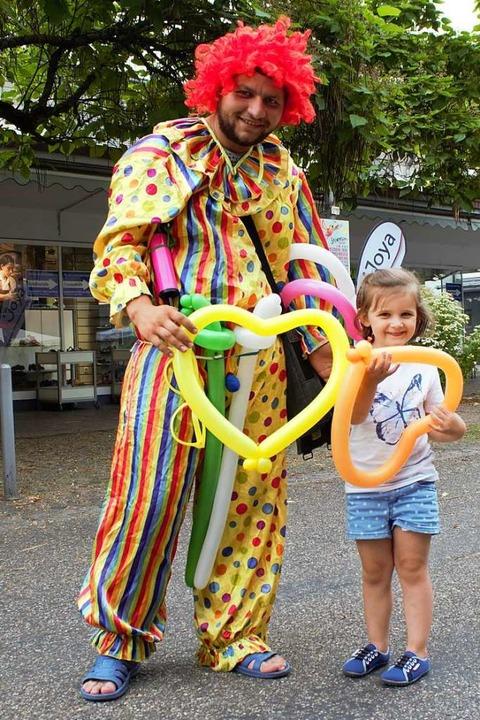 Herzenssache: Die kleine Laura strahlt mit Clown Nico um die Wette.  | Foto: Deborah Fritz