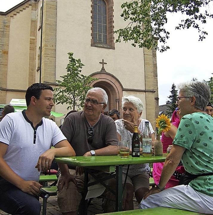 Plausch mit dem Bürgermeister: Stefan Ostermaier und Festgäste vor der Kirche   | Foto: Susanne Müller