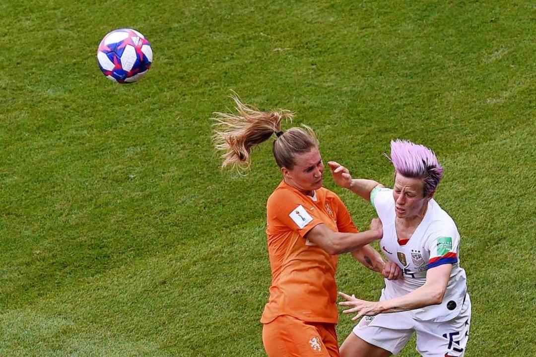 Kampf um den Ball: van Lunteren und US-Superstar Megan Rapinoe.  | Foto: JEAN-PHILIPPE KSIAZEK (AFP)