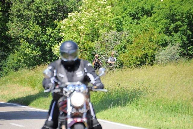 Motorradfahrer beschleunigt so schnell, dass sein Sozius herunterfällt