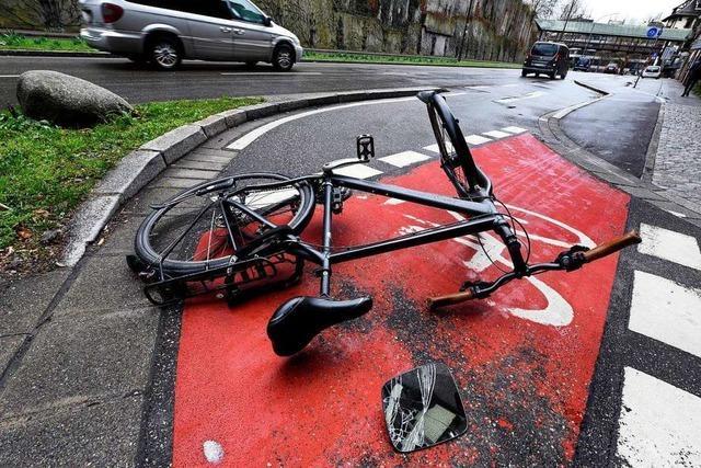 Fahrradfahrer stürzt über einen Stein und verletzt sich schwer