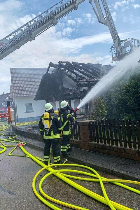 Feuerwehrleute beim Einsatz in Hesselshurst  | Foto: ddn