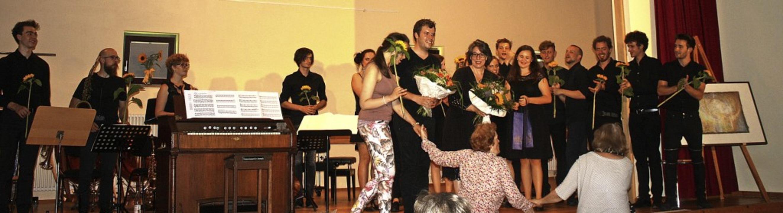 Zum Schluss gab's Blumen für die...d-Bewohner halfen beim Verteilen mit.   | Foto: Hildegard Karig