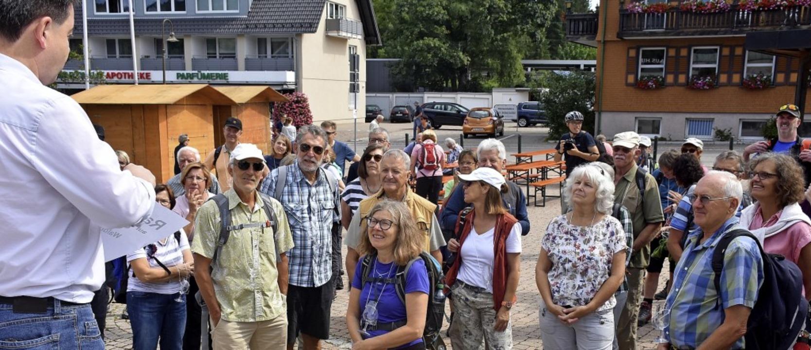 In kleinen Gruppen starteten die Wanderer beim Kurhaus.     Foto: Thomas Biniossek