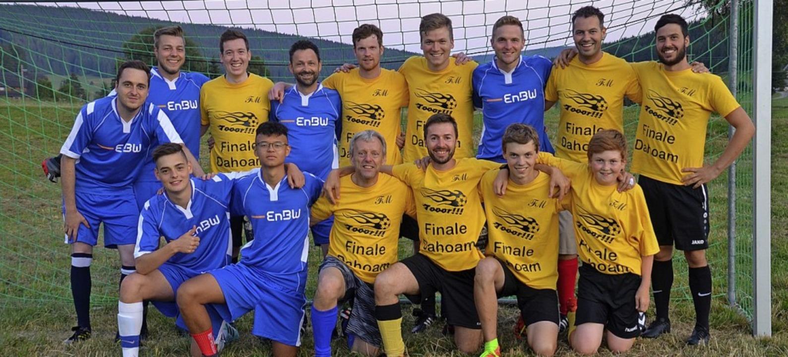 Das Balzenhofteam (gelbe Trikots) setzte sich  gegen den Förberhof durch.  | Foto: Markus Straub