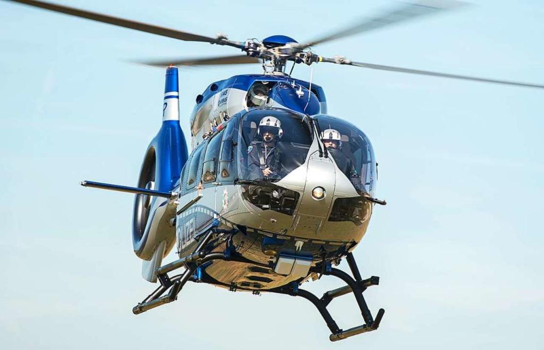 Mit einem Hubschrauber sucht die Polizei nach möglichen Verdächtigen.  | Foto: Wolfram Kastl
