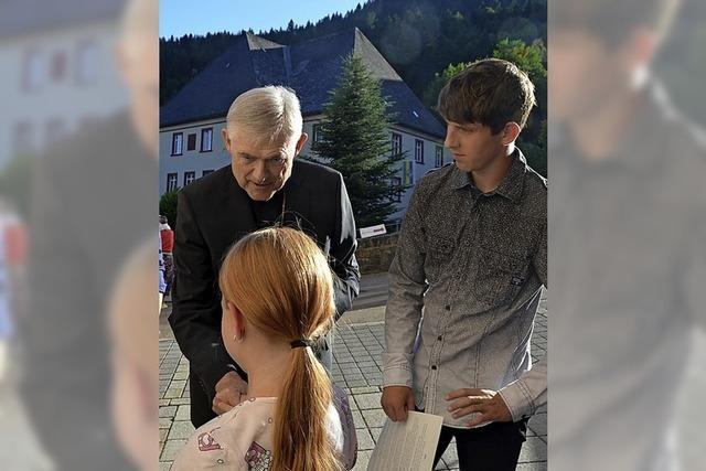 Weihbischof firmt Kinder