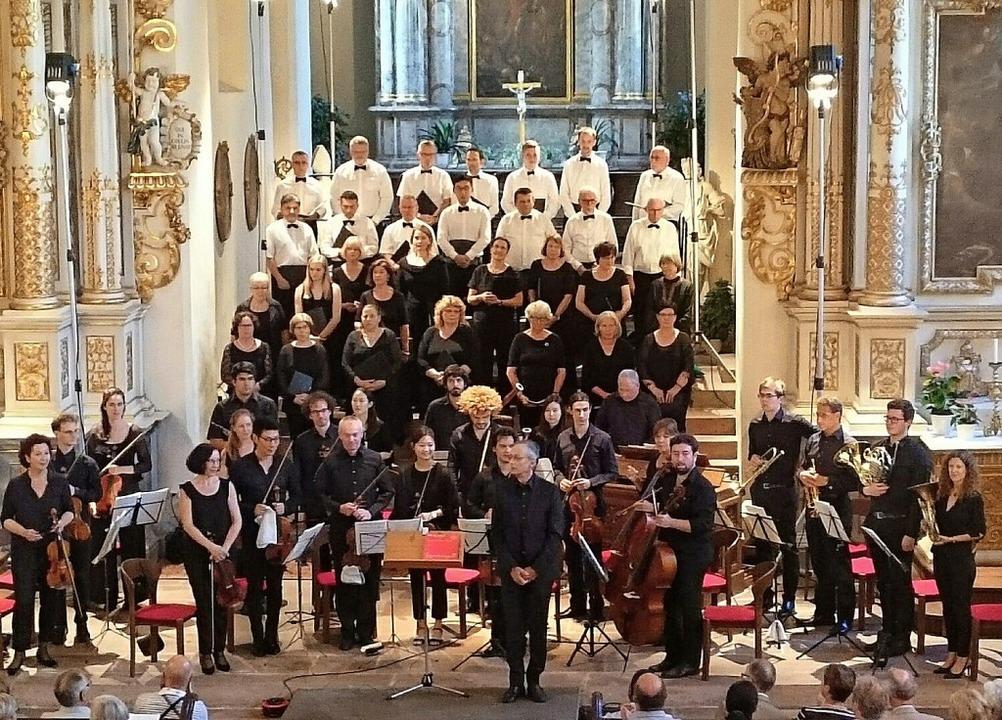 Solisten, Chor, Orchester und Dirigent...chluss mit reichlich Beifall bedacht.   | Foto: Susanne Ramm-Weber