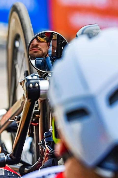 Kurzer Blick in den Spiegel beim Start...Bergzeitfahren am Rathaus in Prechtal.  | Foto: Achim Keller