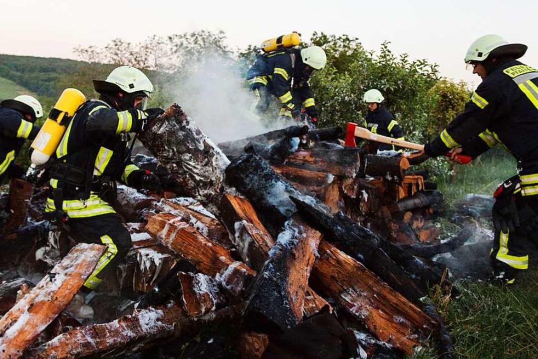 Gegenüber vom Gerätehaus der Feuerwehr...er brannte am 28. Juni ein Holzstapel.  | Foto: Feuerwehr Pfaffenweiler