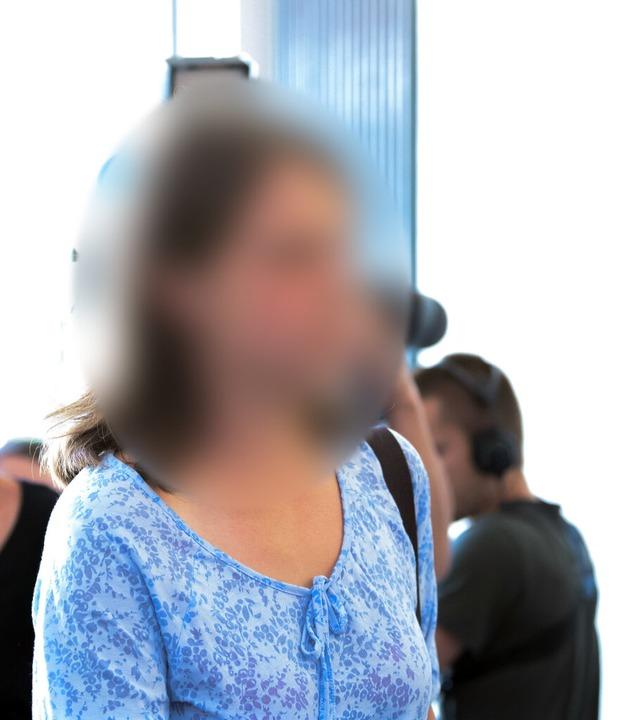 Maria geht im Landgericht Freiburg zum Gerichtssaal.  | Foto: Silas Stein (dpa)