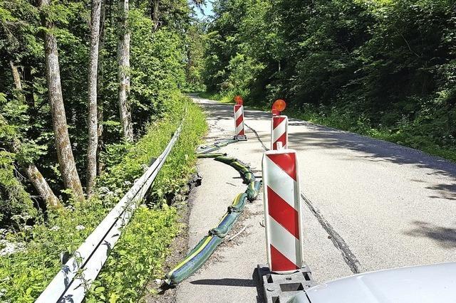 Straße rutscht gen Tal